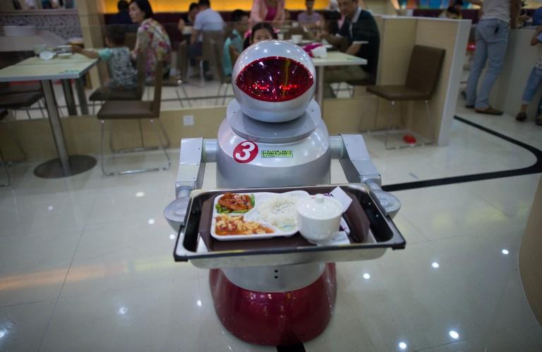 Kínai felszolgálórobot (JOHANNES EISELE / AFP)