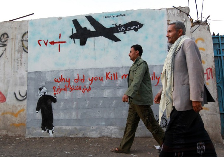 Tiltakozó falfestés Jemenben (MOHAMMED HUWAIS / AFP)