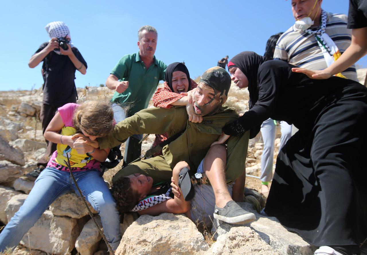 Tizenkét éves fiút tartóztatott volna le az izraeli katona, az asszonyok nem hagyták
