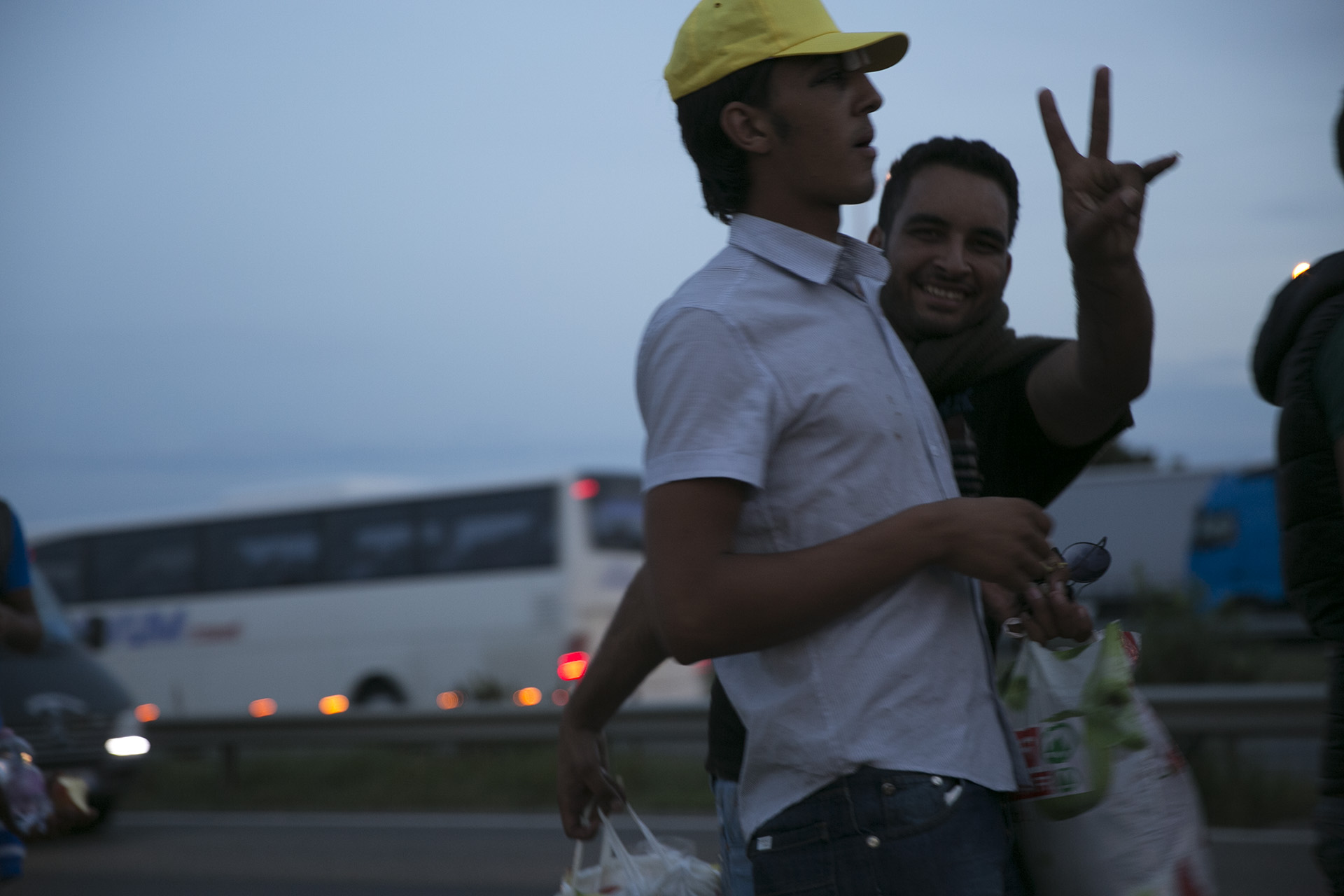 Menekültek az M1-es autópálya mentén, a Sasfészek pihenőnél.