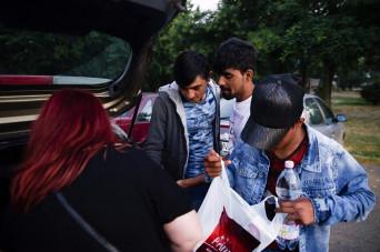 Illegális bevándorlás - Civilek élelmiszer-adománya a migr