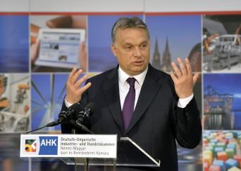Orbán Viktor a Kamara előtt (Fotó: MTI/Máthé Zoltán)