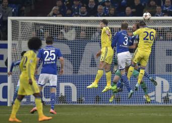 John Terry (Chelsea) éppen gólt fejel a Schalkénak. (MTI/AP/Martin Meissner)