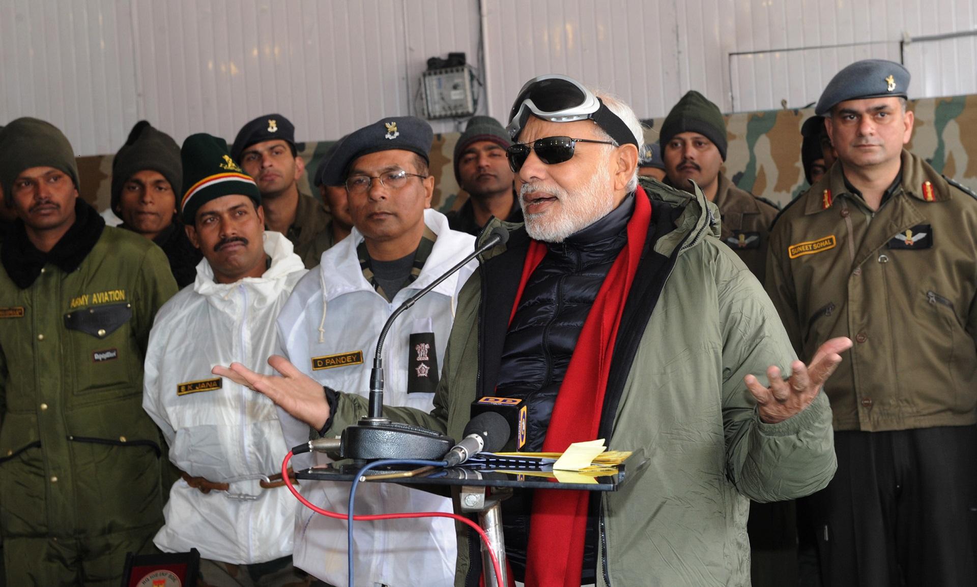 Narendra Modi indiai miniszterelnök a siacheni katonai táborban beszél. 2014. október 23. Fotó: AFP - Indiai Kormány