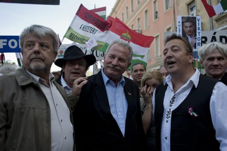 Balra Csizmadia László, a CÖF vezetője, középen Bencsik András, jobbra Bayer Zsolt (Fotó: Kallos Bea / MTI)