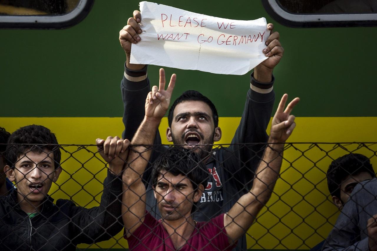 A bicskei állomáson lázongó menekültek. MTI Fotó: Mohai Balázs