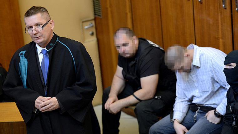 Bérdi Zsolt, az elsőrendű vádlott ügyvédje védőbeszédet mond a cigánygyilkosságok elsőfokú tárgyalásán a Budapest Környéki Törvényszéken 2013. május 24-én. Jobbról a negyedrenű vádlott, Csontos István. MTI Fotó: Kovács Tamás