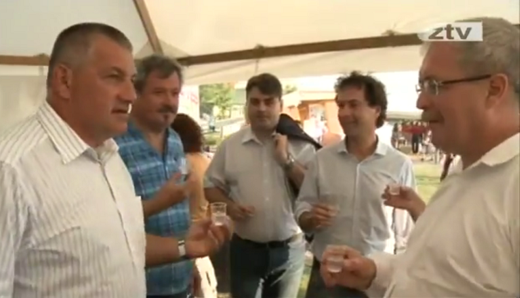 Fazekas Sándor földművelési (akkor még vidékfejlesztési) miniszter pálinkázik egy vidéki fesztiválom. (Forrás: ez a Youtube-videó)