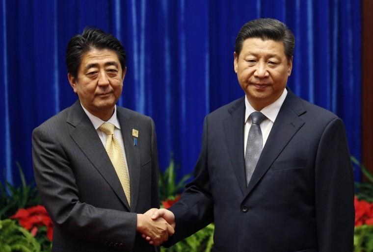 A kép baloldalán Shinzo Abe, japán miniszterelnök.