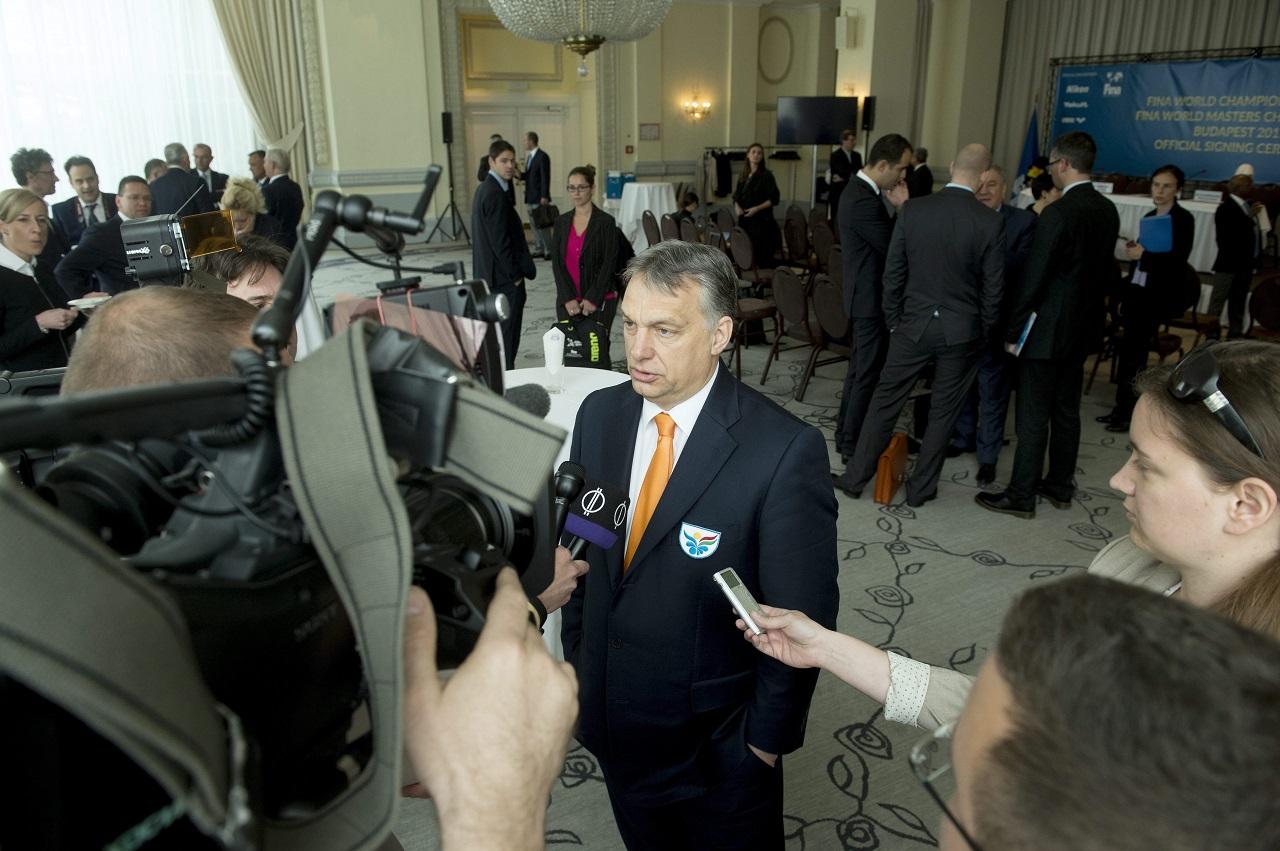 A miniszterelnök nyilatkozott is a magyar újságíróknak a 2017-es vizes  sportok világbajnokságának budapesti rendezéséről szóló megállapodás  aláírása után a ... 7978ed9355