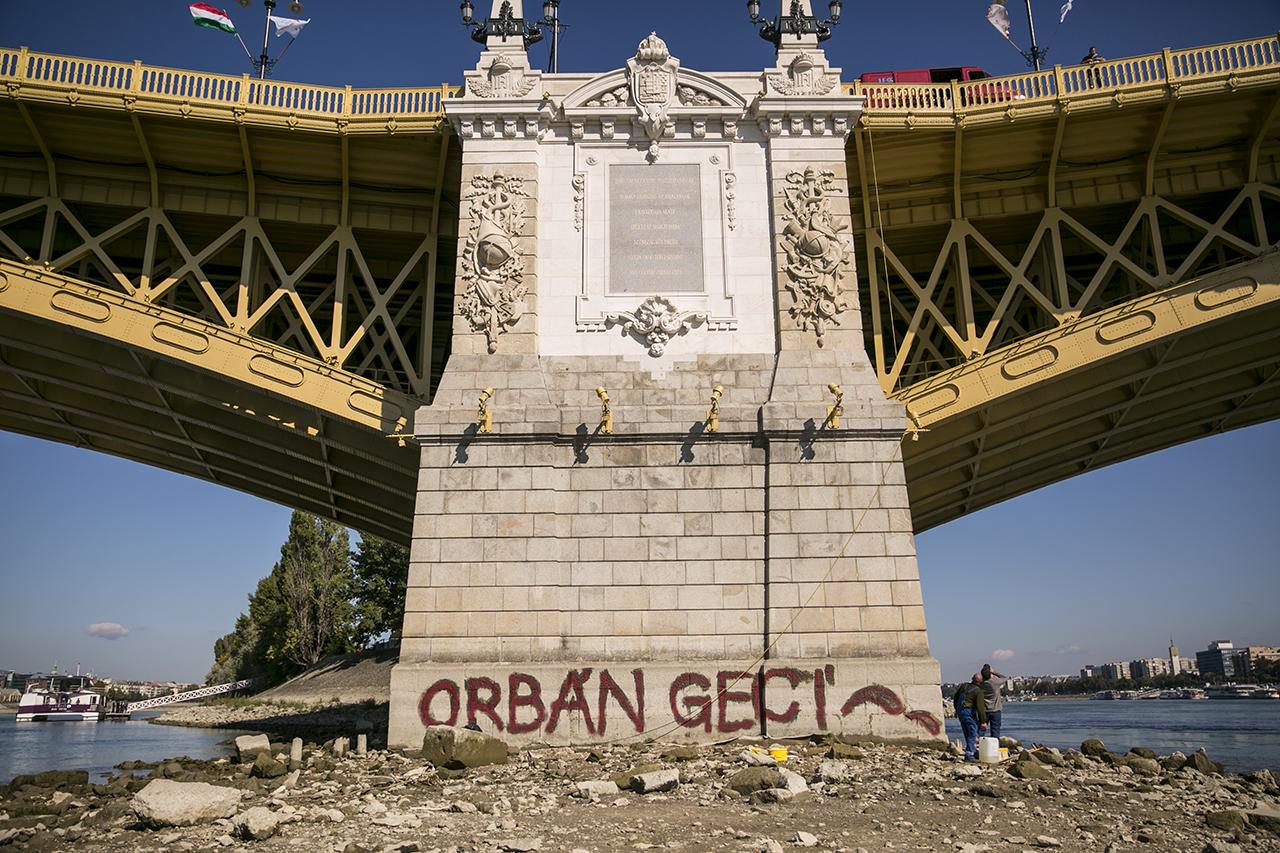 Egy pillanatra nem figyelünk oda, leapad a Duna, erre ez történik a Margit híd lábánál:(((