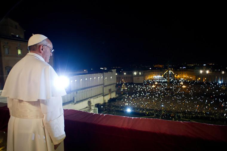 2013. március tizenharmadikán választották meg a leköszönő XVI. Benedek helyébe. Az argentin Jorge Bergoglio lett a 266. a pápa. (AFP PHOTO/OSSERVATORE ROMANO)